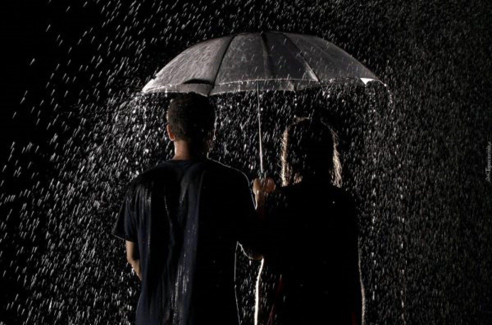 181794_ludzie_deszcz_parasol_noc-o7usd6zrj2m6oy47f9i2qycpecg8qchpous0pzfvs0